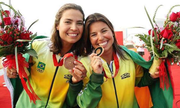 Fernanda Oliveira e Isabel Swan após a conquista da medalha de bronze nas Olimpíadas de Pequim, 2008