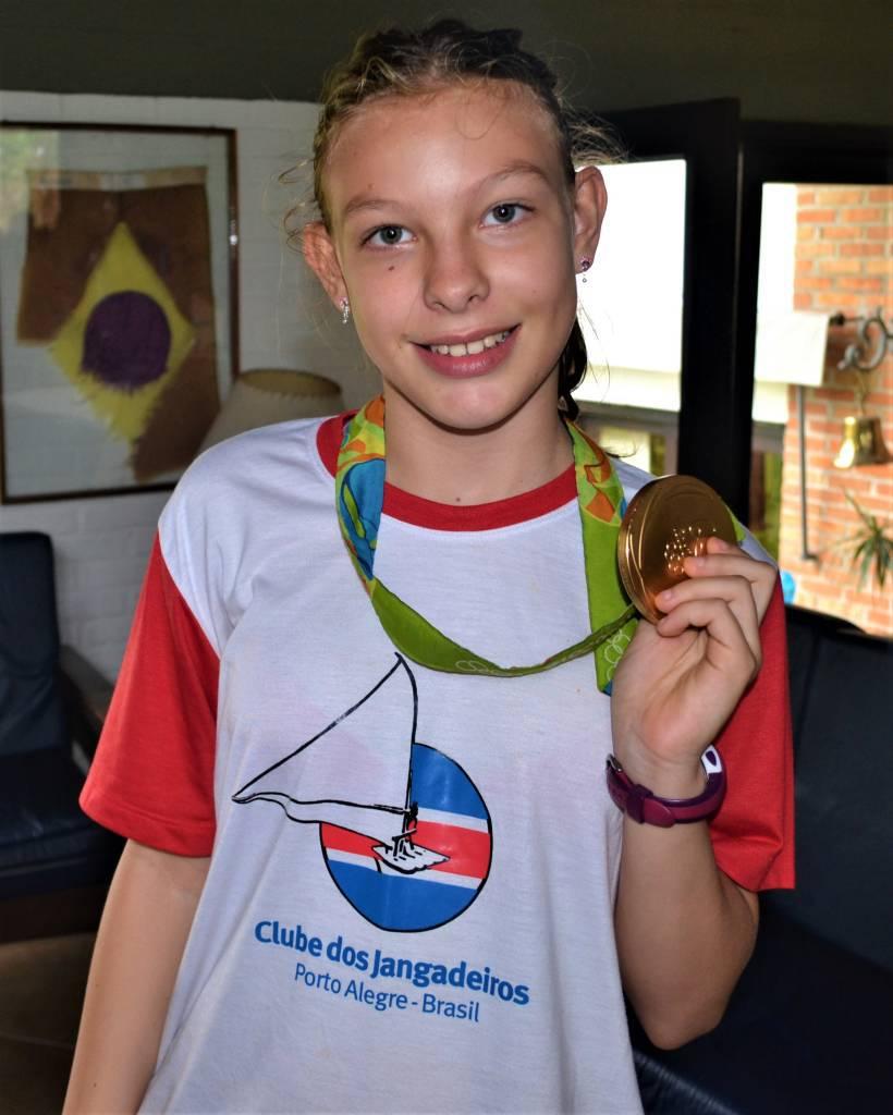 Luíza Demoliner com a medalha de ouro